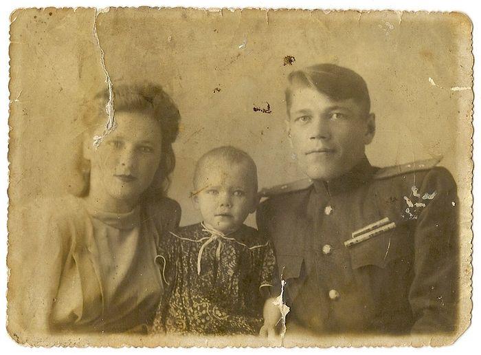 Дедушка, бабушка и мама Людмилы Селенской. Фото из семейного архива Селенских