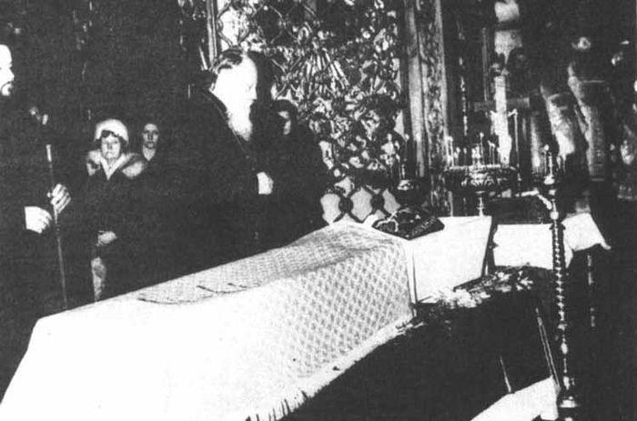 Прощание Святейшего Патриарха Пимена с монахиней Иулианией