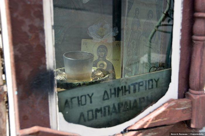 Миниатюрная, меньше человеческого роста, часовенка у храма Димитрия Бомбардира. Фото: Антон Поспелов / Православие.Ru