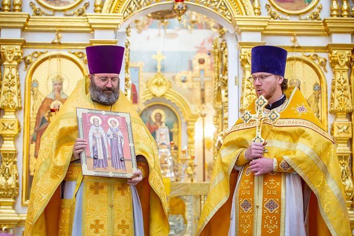 Отцу Эдуарду вручают мощи святых новомучеников Николая и Варвары Чернышевых. Фото: Facebook