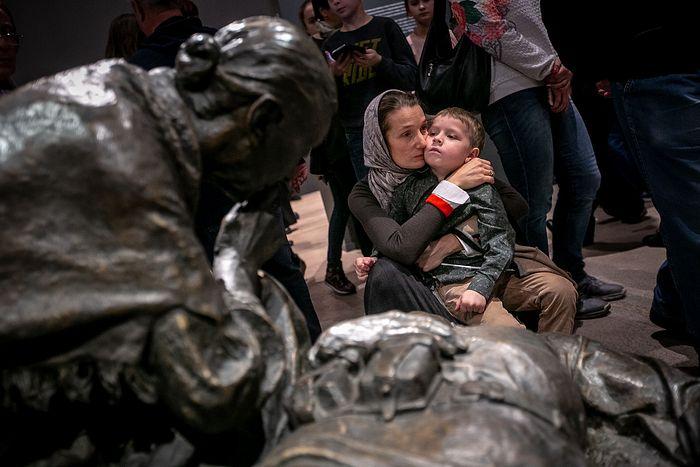 На выставке «Память поколений: Великая Отечественная война в изобразительном искусстве». Фото: Владимир Андреев