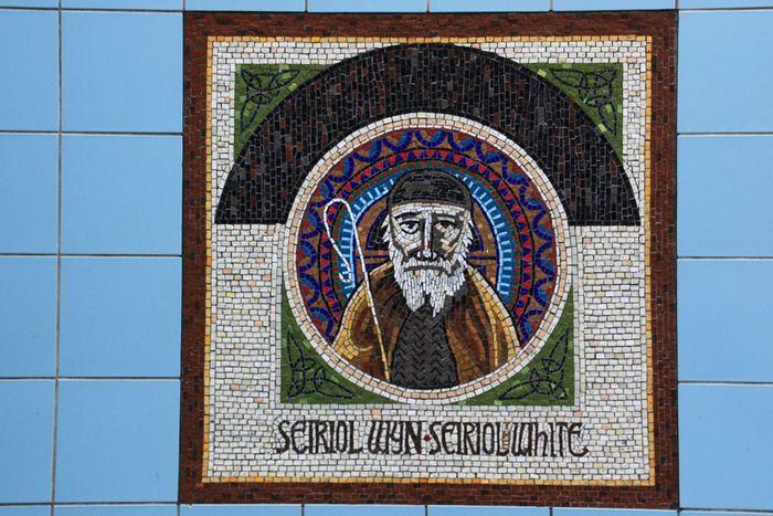 Мозаика с изображением св. Сейриола при входе на мост в Холихеде, Англси (любезно предоставил - Chris Medley)