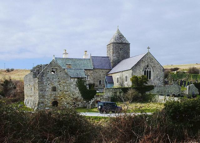 Церковь-приорат Св. Сейриола и руины монастыря в Пенмоне, Англси (источник - Gary Rogers, Geograph.org.uk)