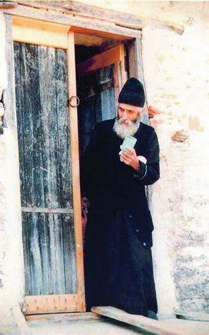 Старец Паисий со стаканчиком, чтобы напоить посетителей