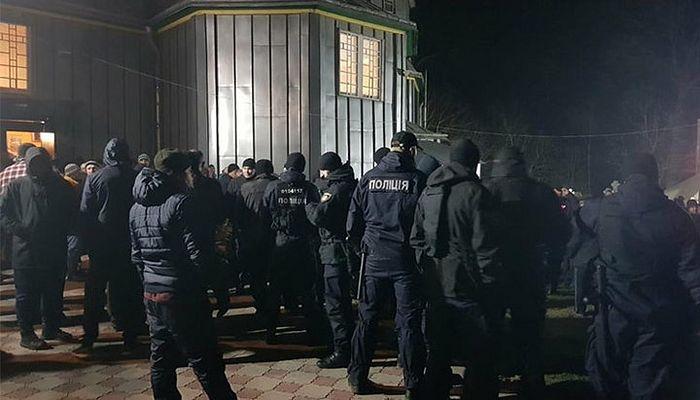 Αστυνομικοί στον αύλειο χώρο του ναού της Ουκρανικής Ορθοδόξου Εκκλησίας στο χωριό Μιχάλτσα. Φωτό: cv.npu.gov.ua