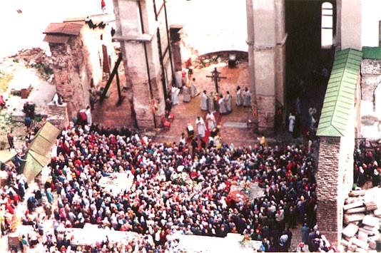 1992 год, Божественная литургия на руинах Успенского собора – «Великой церкви» Киево-Печерской лавры, разрушенной в 1941-м г.