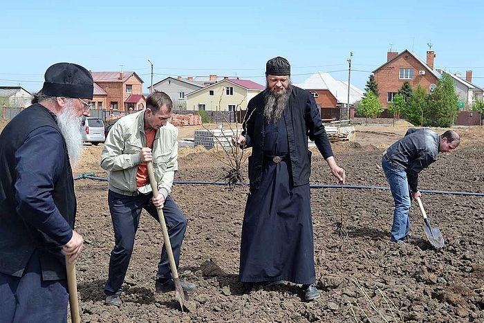 Посадка монастырского сада всем миром