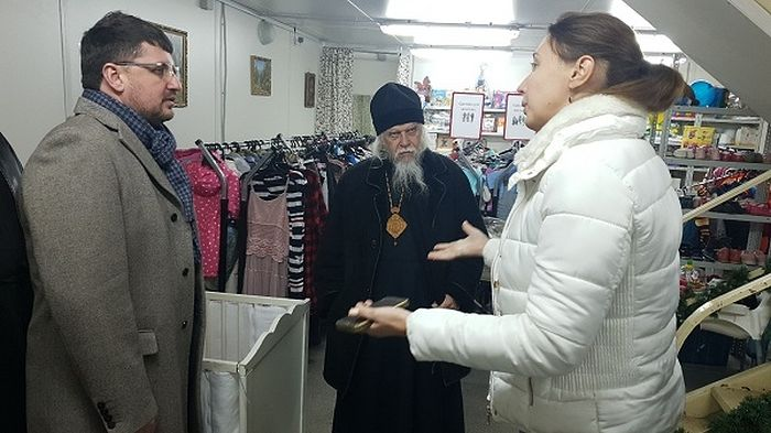 Евгений Стружак, епископ Пантелеимон и Мария Студеникина (Колесникова) в центре гуманитарной помощи