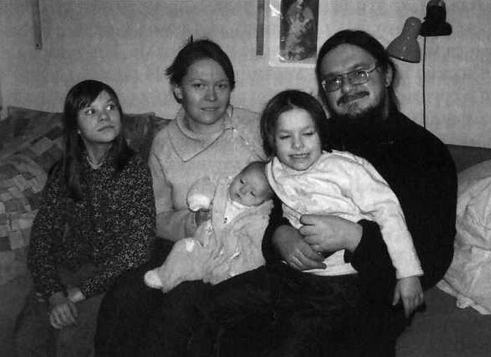 Ο Ιερέας Δανιήλ Σισόγιεφ με την οικογένειά του