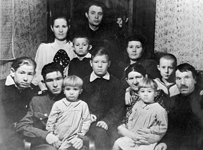 Семья Леоновых, 1950 год. Крайний слева — будущий летчик-космонавт Алексей Леонов. Фото: ТАСС