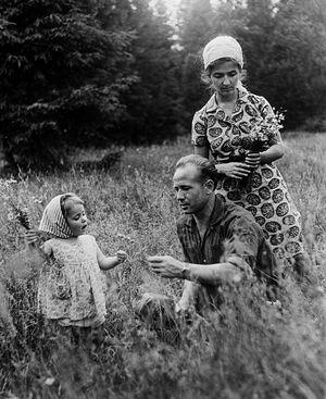 С женой Светланой и дочерью Викторией в Подмосковье, 1965 год. Фото: Б.Смирнов/ТАСС