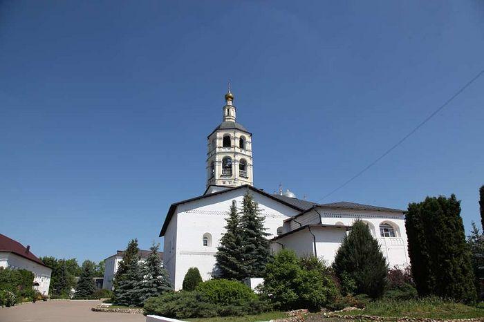 Территория монастыря. Вид на собор Рождества Богородицы, где находятся мощи основателя обители - преподобного Пафнутия