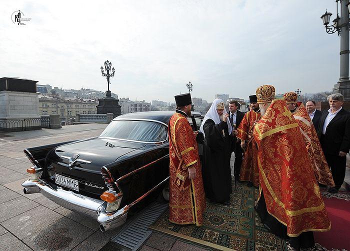 H Τσάϊκα (ΣτΜ: ρωσικής κατασκευής αυτοκίνητο) τού Μητροπολίτη Νικοδήμου (Ροτόφ) είναι πιο πρόσφατο μοντέλο από το αυτοκίνητο στο οποίο γίνεται αναφορά στην συνέχεια. Πριν από μερικά χρόνια, επιδιορθώθηκε για χρήση στην συνοδεία των αυτοκινήτων τού Πατριάρχη για επίσημες εκδηλώσεις. Στη φωτογραφία: άφιξη τού Πατριάρχη Κυρίλλου στον Μέγα Εσπερινό τού Πάσχα στον Καθεδρικό Ναό του Χριστού Σωτήρος, 15 Απριλίου 2012. Φωτογραφία: Υπηρεσία Τύπου τού Πατριάρχη Μόσχας και Πασών Ρωσιών.