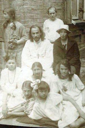 О.Анатолий и Нина Сергеевна Жураковские с девушками из молодежной общины. Киев, 1920-е годы