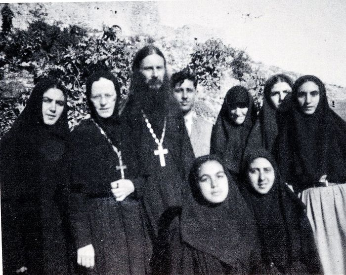 Father Lazarus and Abbess Elisabeth (Ampenov) on the left with sisters of Gorny Convent remained with ROCOR. Transjordan 1948-49. Photo: rocorstudies.org