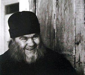 Архимандрит Ипполит у своей келии, 1996 г.