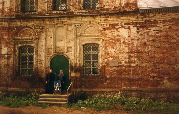 Отец Иоанн с матушкой и ребёнком на крыльце храма. Фото: 40s.pereslavl.ru