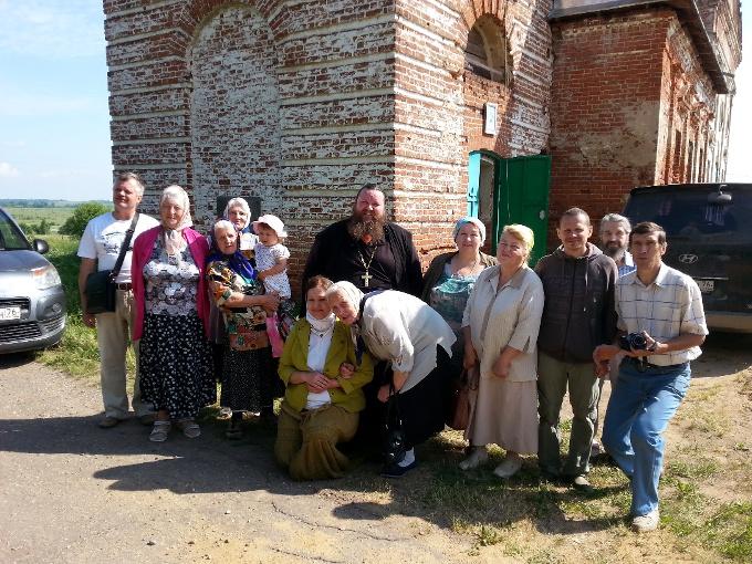 Протоиерей Иоанн Герасимов с прихожанами. Фото: 40s.pereslavl.ru