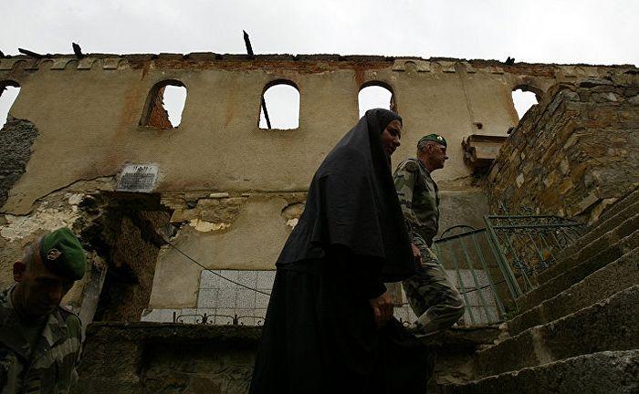 Повратак на место злочина, спаљени манастир Девич 2004. године. Фото: AP PHOTO / VISAR KRYEZIU