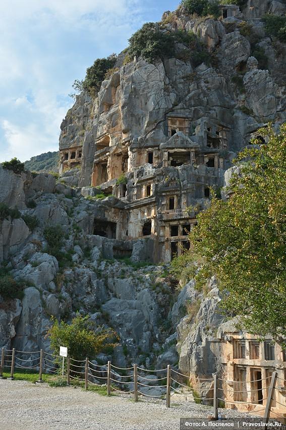 Миры Ликийские. Вид на высеченные в скале гробницы