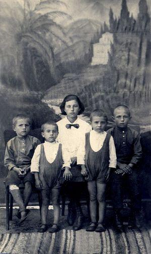 Дети священника Петра Крестова: Алеша, Миша, Зоя, Валера, Слава