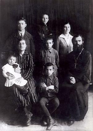 Протоиерей Пётр Крестов с семьей сер. 1930-х гг.