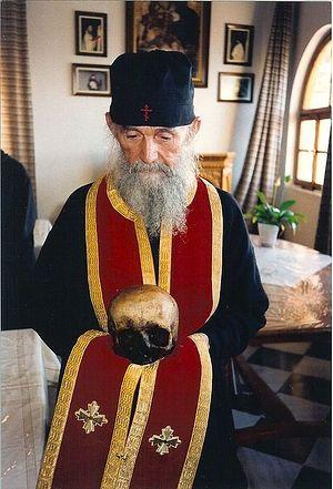 Старец Ефрем с главой старца Иосифа Исихаста