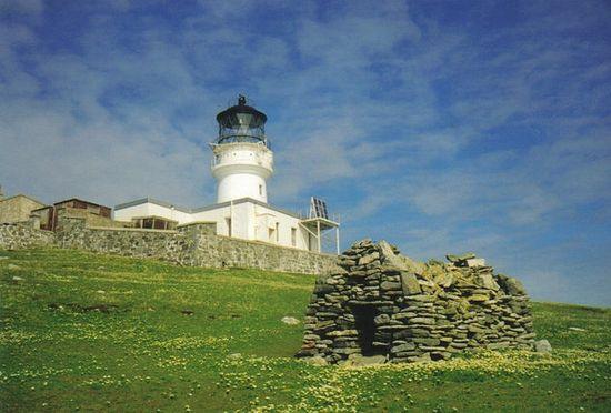 Руины часовни свт. Фланнана и маяк на острове Эйлин-Мор, острова Фланнан