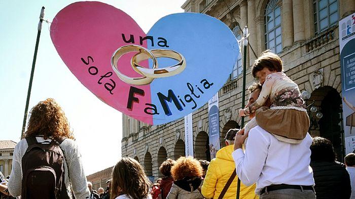 Многотысячные просемейные манифестации в итальянской Вероне