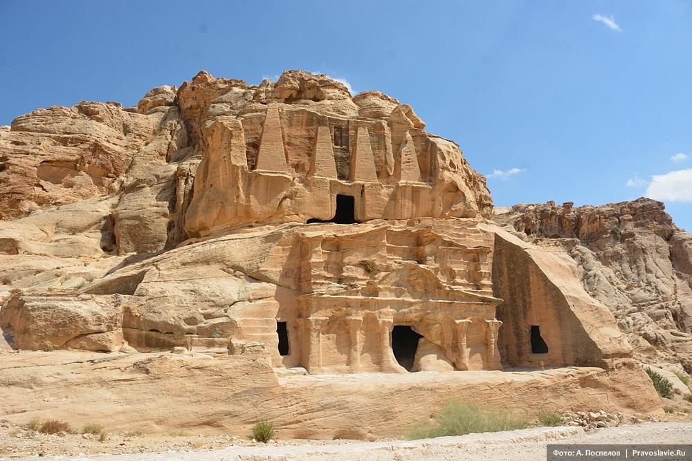 Петра, высеченные в скалах гробницы