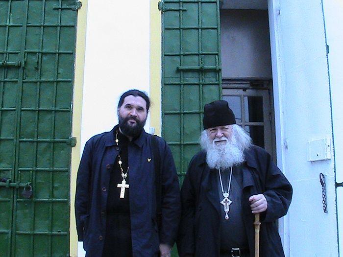 С протоиереем Валерианом Кречетовым в Отрадном – на ступенях Покровского храма