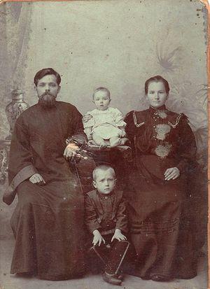 Диакон Иоанн Москаленко с супругой Агриппиной и детьми Федором и Марией, 1906 год