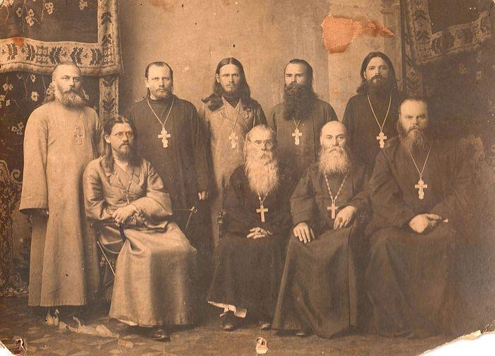Свящ. Иоанн Москаленко – крайний справа, второй ряд среди священников-миссионеров после 1908 года