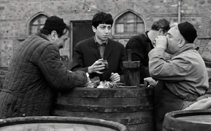 Кадр из фильма Отара Иоселиани «Листопад»