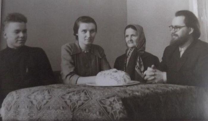 Семья Стаднюков (справа налево) - отец Матфей, мать Анна Демьяновна, супруга Феодосия Павловна, брат Алексий. Фото1950-х годов