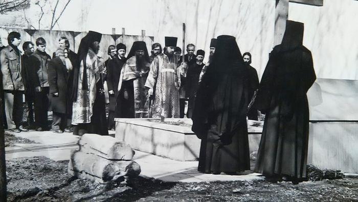 Радоница, 1985 г. Отец Даниил — иеродиакон со свечой и кадилом, будущий протоиерей Александр Тихонов третий слева