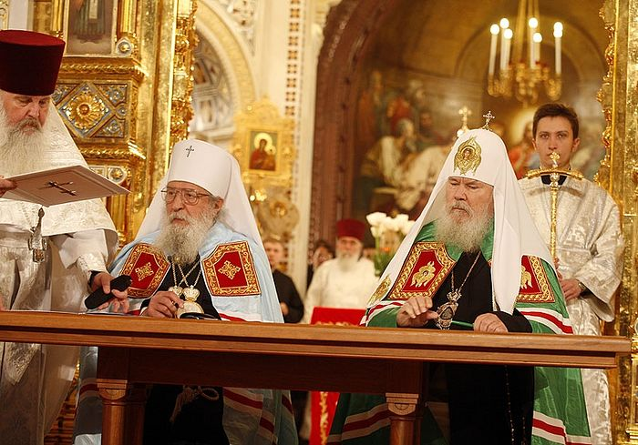 Signing of the Act of Reunification of the Russian Orthodox Church Abroad with the Russian Orthodox Church-Moscow Patriarchate, May 17, 2007. Photo: S. Vlasov, V. Khodakov / patriarchia.ru