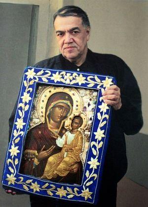 Брат Иосиф Муньос с чудотворной Монреальской Иверской Иконой Божией Матери в киоте, вышитом матерью Рафаилой