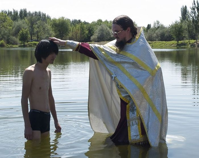Fr. Daniel celebrating a Baptism. Photo: pravoslavie.ru