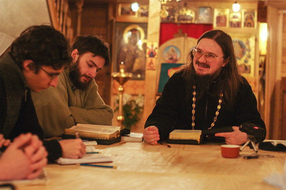 Fr. Daniel teaching at the missionary courses he founded. Photo: klin-demianovo.ru/