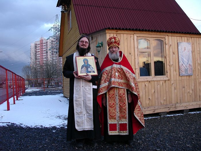 Fr. Daniel Sysoev and Achpriest Nicholas Toroptsev at the Church of the Apostle Thomas that Fr. Daniel founded. Photo: rebenki.ru