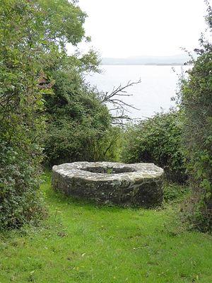 Источник на Святом острове (Иниш Калтра) озера Лох-Дерг (источник - Oliver Dixon, Geograph.ie)