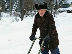 Старик и санки