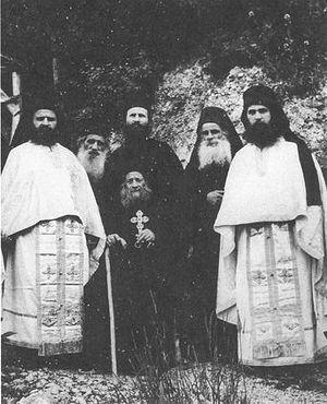 Η συνοδεία (μοναστική αδελφότητα) του Γέροντα Ιωσήφ του Ησυχαστή: ο Γέροντας Εφραίμ είναι άκρη δεξιά. Φωτογραφία: http://www.diakonima.gr/