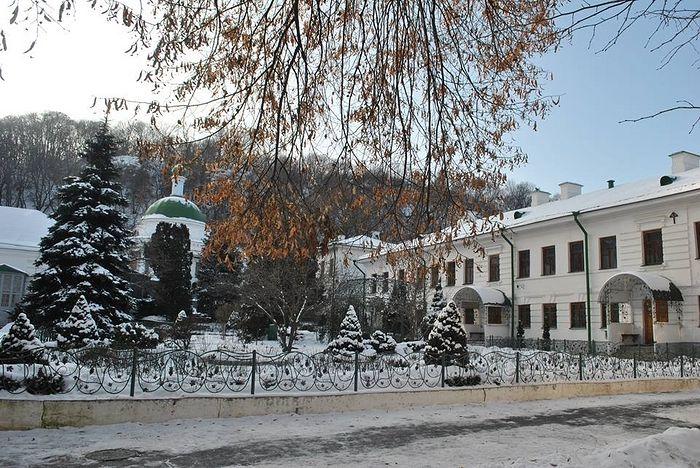 Το μοναστήρι Φλωρόφσκι βρίσκεται στους πρόποδες του Ζάμκοβαγια Γκαρά (ΣτΜ: λόφος Χορίβιτσα)