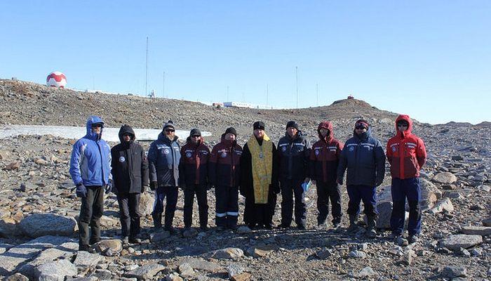 Архиепископ Каллистрат и члены Антарктической экспедиции. Фото: Горноалтайская епархия