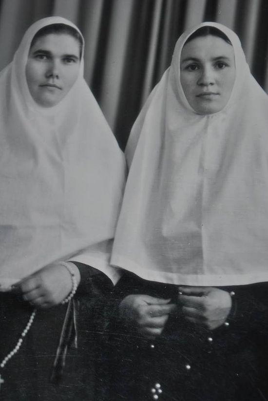Μοναχή Γιελένα (δεξιά)