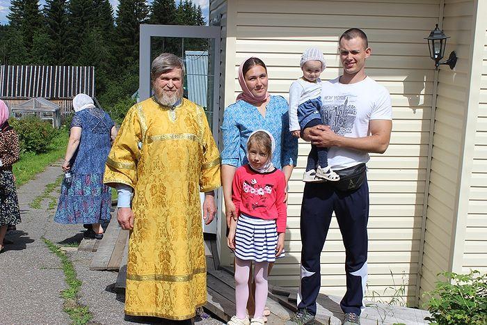 Валерий Романов с дядей Василием Тороповым, супругой Татьяной и дочерями