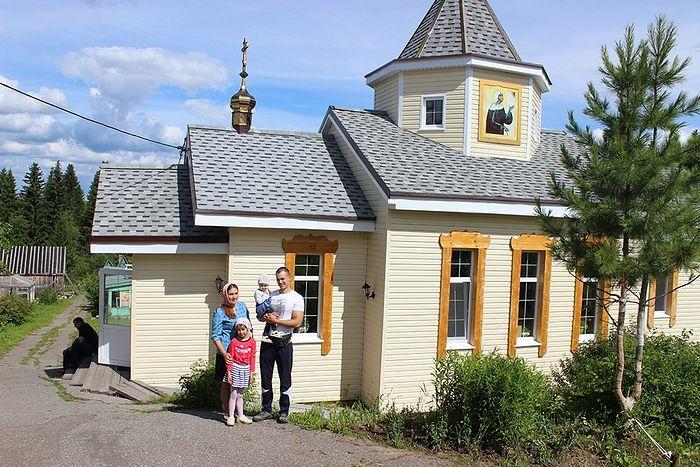 Валерий Романов с семьей у храма Блаженной Ксении Петербургской деревни Визябож