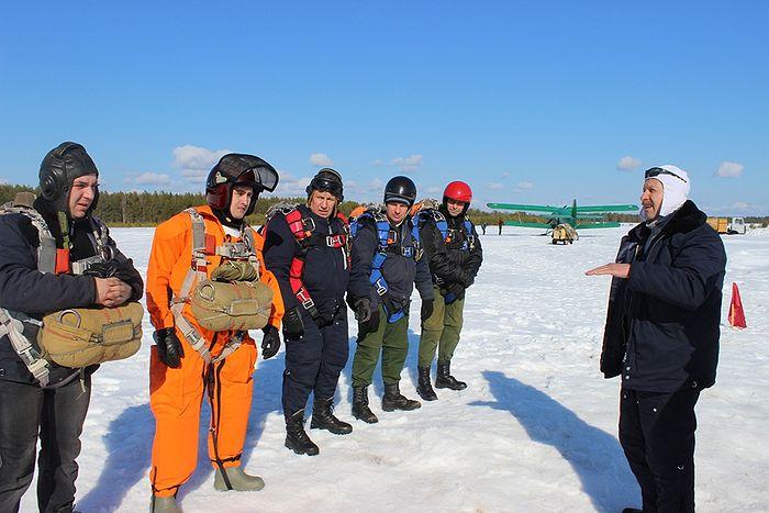Дежурный по старту назначает парашютистов на прыжки